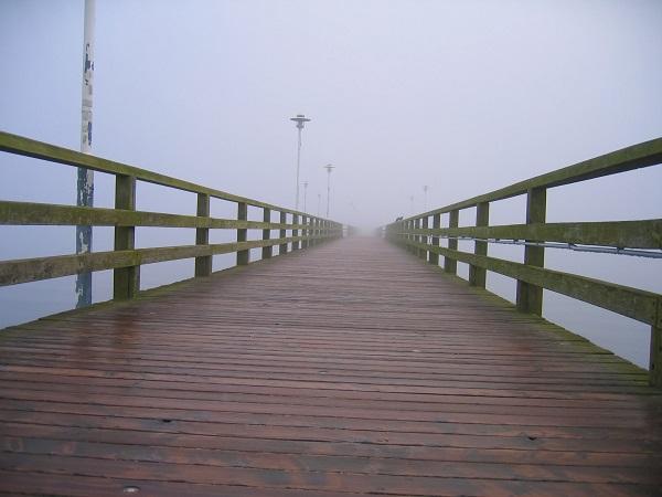 Кей в сутрешна мъгла